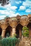 Στήλες στο πάρκο Guell που σχεδιάζεται από το Antoni Gaudi στη Βαρκελώνη, Ισπανία Στοκ φωτογραφία με δικαίωμα ελεύθερης χρήσης