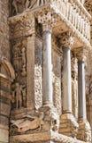 στήλες της αρχαίας εκκλησίας του ST Trophime σε Arles Στοκ Εικόνες
