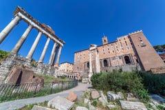 Στήλες το ναό Antoninus και Faustina, που βρίσκεται από σε Ρωμαίο για Στοκ Εικόνα