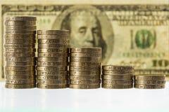 Στήλες των βρετανικών νομισμάτων λιρών αγγλίας στα μειωμένος ύψη Στοκ Φωτογραφίες