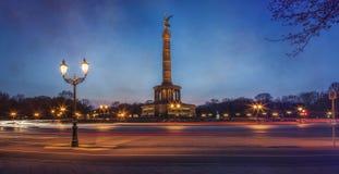 Στήλη Βερολίνο νίκης το βράδυ Στοκ Εικόνα
