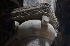 Στήλη με τη διακόσμηση κεφαλιών γατών στη μεσαιωνική χριστιανική εκκλησία Στοκ Εικόνες