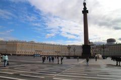 Στήλη του Αλεξάνδρου και κτήριο & x28 Γενικού Επιτελείου Ερημητήριο, Μουσείο Τέχνης και culture& x29  σε Άγιο Πετρούπολη Στοκ Φωτογραφία