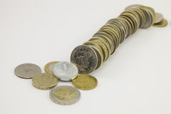 Στήλη των νομισμάτων σε ένα άσπρο υπόβαθρο Στοκ φωτογραφία με δικαίωμα ελεύθερης χρήσης