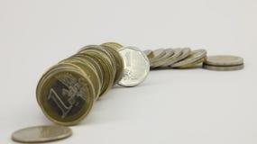 Στήλη των νομισμάτων σε ένα άσπρο υπόβαθρο Στοκ Φωτογραφία