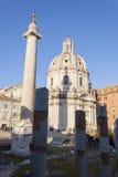 Στήλη Trajan και Santissimo Nome Di Μαρία εκκλησία Al Foro Traiano - Ρώμη Στοκ Φωτογραφία