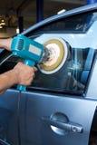Στίλβωση γυαλιού αυτοκινήτων με τη μηχανή προσωρινών χώρων ισχύος Στοκ Φωτογραφίες