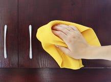 στίλβωση κουζινών ντουλαπιών Στοκ εικόνα με δικαίωμα ελεύθερης χρήσης