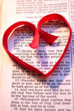 Στίχος Βίβλων ημέρας βαλεντίνου με την κόκκινη καρδιά Στοκ Φωτογραφία