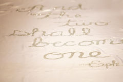 Στίχος Βίβλων στο γαμήλιο δρομέα Στοκ φωτογραφίες με δικαίωμα ελεύθερης χρήσης