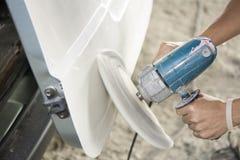 Στίλβωση χρώματος σωμάτων αυτοκινήτων από το ηλεκτρικό τρυπάνι Στοκ φωτογραφίες με δικαίωμα ελεύθερης χρήσης