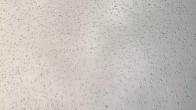 Σταγονίδια βροχής στο παράθυρο ή το γυαλί απόθεμα βίντεο