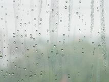 Σταγονίδια νερού σε ένα κρύο παράθυρο στοκ φωτογραφίες