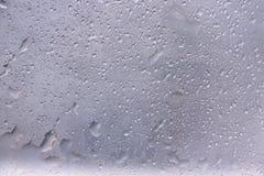 Σταγονίδια νερού στο βουρτσισμένο υπόβαθρο επιφάνειας μετάλλων στοκ φωτογραφίες