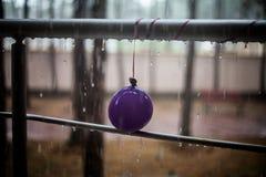 Σταγονίδια στο κιγκλίδωμα μπαλονιών και μετάλλων Στοκ φωτογραφία με δικαίωμα ελεύθερης χρήσης