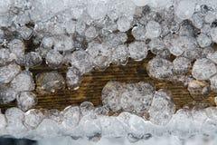 Σταγονίδια πάγου που παγώνουν σε ένα σκοτεινό δέντρο Στοκ Εικόνες