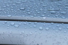 Σταγονίδια στη στέγη αυτοκινήτων Στοκ εικόνες με δικαίωμα ελεύθερης χρήσης