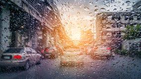 σταγόνες βροχής γυαλιού Έξω από το παράθυρο Στοκ Φωτογραφίες