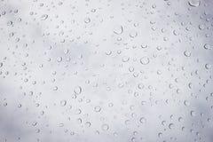 σταγόνες βροχής γυαλιού Πτώσεις νερού στους καθρέφτες στοκ εικόνα