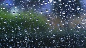 Σταγόνες βροχής κάτω από τον ανεμοφράκτη φιλμ μικρού μήκους