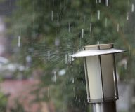 Σταγόνες βροχής και παφλασμός στη δυνατή βροχή Στοκ φωτογραφία με δικαίωμα ελεύθερης χρήσης