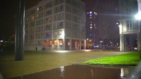 Σταγόνες βροχής που αφορούν την άσφαλτο, άσχημος καιρός στην πόλη, metcast, μετεωρολογία απόθεμα βίντεο