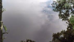 Σταγόνες βροχής που αφορούν την ήρεμη επιφάνεια νερού λιμνών στα τέλη του καλοκαιριού απόθεμα βίντεο