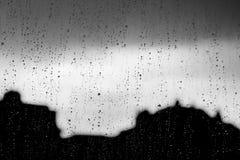 Σταγόνες βροχής σε ένα γυαλί παραθύρων Στοκ φωτογραφία με δικαίωμα ελεύθερης χρήσης