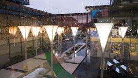 Σταγόνες βροχής σε ένα κτίριο γραφείων Στοκ εικόνα με δικαίωμα ελεύθερης χρήσης