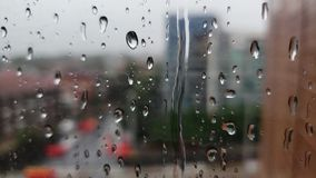 Σταγόνες βροχής σε ένα παράθυρο γυαλιού απόθεμα βίντεο