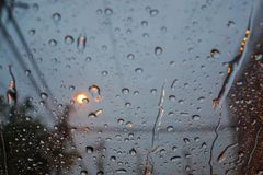 Σταγόνες βροχής στον ανεμοφράκτη αυτοκινήτων κατά τη διάρκεια της βροχής Στοκ φωτογραφία με δικαίωμα ελεύθερης χρήσης