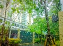 Σταγόνες βροχής στο γυαλί με το τοπίο Στοκ φωτογραφία με δικαίωμα ελεύθερης χρήσης