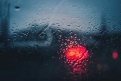 Σταγόνες βροχής στο παράθυρο αυτοκινήτων στη νύχτα Στοκ εικόνες με δικαίωμα ελεύθερης χρήσης
