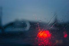Σταγόνες βροχής στο παράθυρο αυτοκινήτων στη νύχτα Στοκ φωτογραφία με δικαίωμα ελεύθερης χρήσης