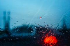 Σταγόνες βροχής στο παράθυρο αυτοκινήτων στη νύχτα Στοκ εικόνα με δικαίωμα ελεύθερης χρήσης