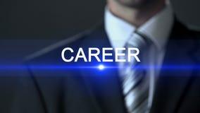 Σταδιοδρομία, επιχειρηματίας που φορά το πιέζοντας κουμπί κοστουμιών στην οθόνη, ολόγραμμα, επιτυχία απόθεμα βίντεο