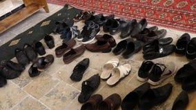 Ζευγάρι των παπουτσιών στο πάτωμα απόθεμα βίντεο