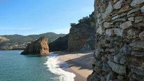 Σταθερό έκκεντρο παραλιών της Virgin μεσογειακό που πετά πέρα από τους βράχους απότομων βράχων απόθεμα βίντεο