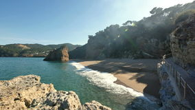 Σταθερό έκκεντρο παραλιών της Virgin μεσογειακό που πετά πέρα από τους βράχους απότομων βράχων φιλμ μικρού μήκους