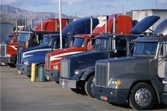 Σταθμευμένα μεγάλα truck εγκαταστάσεων γεώτρησης Στοκ Εικόνες