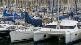 Σταθμευμένα σκάφη, βάρκες, γιοτ στο λιμένα Vell της Βαρκελώνης, Ισπανία απόθεμα βίντεο