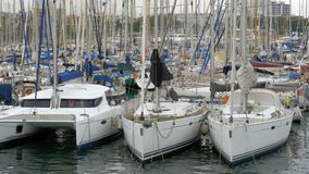 Σταθμευμένα σκάφη, βάρκες, γιοτ Rambla del Mar Port της Βαρκελώνης, Ισπανία φιλμ μικρού μήκους