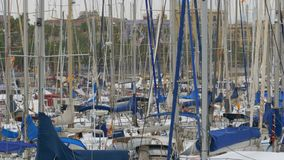 Σταθμευμένα σκάφη, βάρκες, γιοτ Rambla del Mar Port της Βαρκελώνης, Ισπανία απόθεμα βίντεο