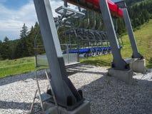 Σταθμευμένα chairlifts το καλοκαίρι στοκ εικόνα