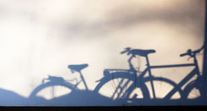 Σταθμευμένες σκιές ποδηλάτων στον τοίχο Στοκ Εικόνες