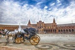 Σταθμευμένες συρμένες άλογο μεταφορές Plaza de Espana στη Σεβίλη, Spai Στοκ φωτογραφία με δικαίωμα ελεύθερης χρήσης