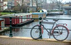 Σταθμευμένος στην κινηματογράφηση σε πρώτο πλάνο ποδηλάτων οδών πόλεων στοκ φωτογραφία
