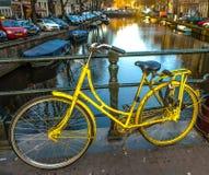 Σταθμευμένος στην κινηματογράφηση σε πρώτο πλάνο ποδηλάτων οδών πόλεων στοκ εικόνα