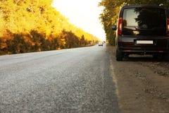 σταθμευμένος χώρα δρόμος αυτοκινήτων στοκ εικόνα με δικαίωμα ελεύθερης χρήσης
