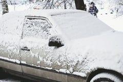 Σταθμευμένο αυτοκίνητο που καλύπτεται με το χιόνι - θύελλα χιονιού, αυτοκίνητο μετά από ένα βαρύ sno Στοκ φωτογραφίες με δικαίωμα ελεύθερης χρήσης